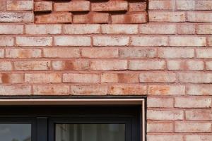 Die pastell-rot-orange-weiße Nuancierung der Ziegel wird durch die farblich harmonisierten Fugentöne unterschiedlich hervorgehoben. Im Bereich der Fassadenornamente mit diagonal versetzten Ziegeln wurde ein abgedunkelter Fugenmörtel eingesetzt