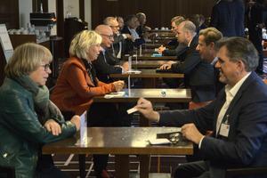 Visitenkarten sind auch im Zeitalter digitaler Kommunikation nicht out. Beim BundesBauBlatt Gipfel wurden davon viele ausgetauscht.<br />