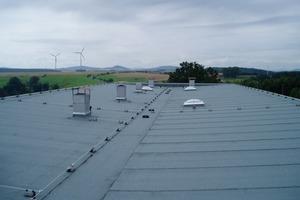 links: Die fertiggestellte Dachfläche<br />