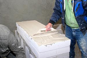 Vollflächiges Aufbringen des Klebemörtels auf den Dämmplatten