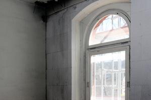Die Platten ließen sich für die an die Rundbogenfenster angrenzende Dämmung leicht zuschneiden