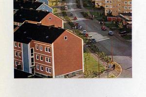 Farbgestaltung mit Konzept und verbindender Wirkung: Auf historischen Fotos ist ablesbar, welches harmonische Bild die ursprüngliche, durchgängig farbkomponierte Fassadengestaltung in der Sennestadt abgab