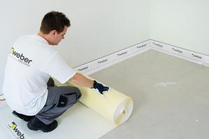 Das weber.floor Trittschalldämmsystem kombiniert eine extrem dünne Trittschallbahn mit schnelltrocknenden Dünnestrichen. Dadurch werden Aufbauhöhen von nur 28 mm möglich