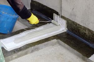 Frisch in frisch wird die Vliesarmierung in den Flüssigkunststoff eingearbeitet. Dadurch ist das überlappende System elastisch und unterlaufsicher