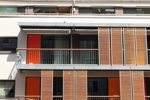 Die großzügig geöffnete Fassade aus Elementen mit Dreifachfestverglasung, die von Holztüren zäsiert wird<br />