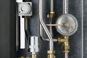 Wichtige Qualitätsmerkmale bei allen AEG Wärmeübergabestationen sind drei serienmäßig integrierte Komponenten (v.r.n.l.): Differenzdruckregler, Wasserschlagdämpfer und TFS-Regler (Thermo-Fluid-System)