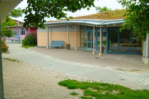 Freie Waldorfschule in Wahlwies/Bodensee mit begrüntem Dach und Sico-Regenspeicher. Die von der angeschlossenen Dachfläche (900m²) abfließenden Niederschläge versorgen sechs Toiletten und sechs Urinale. Darüber hinaus werden Grünflächen bewässert