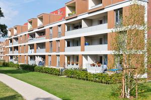 Gartenseitig wurden die Gebäude durch eine zwei Meter tiefe Zone ergänzt, die Loggien aufnimmt und die Grundflächen der Wohnungen vergrößert