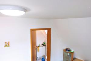 In den Schlaf- und Wohnräumen der Remsecker Gemeinschaftsunterkunft sind Stand-Alone-Melder Genius H installiert