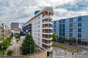 Die Macher des Aktiv-Stadthauses in Frankfurt am Main wollten zeigen, dass Plusenergie-Gebäude auch im großen Maßstab funktionieren; hier die Nordfassade