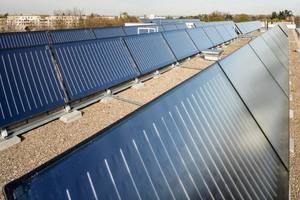 Auf zwei der sieben Baukörper sind 90 Solarkollektoren installiert, deren Energie zunächst für den direkten Verbrauch der Bewohner aufgewendet wird