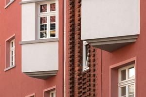 Die roten Fensterlaibungen schaffen eine Verbindung zu den geklinkerten Eingangsbereichen<br />