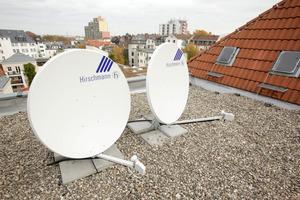 Links: Von den Satellitenspiegeln führen Glasfaserkabel in den Keller der Gebäude am Domgarten. Von den dortigen Technikräumen aus wird das Signal sternförmig in jede Wohnung verteilt