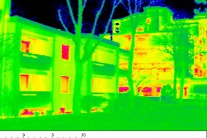 <br />Auf dem Thermografie-Foto sieht man im Vordergrund das sanierte Gebäude. Die Fassade ist gleichmäßig grün. Sie hat annähernd die Temperatur der Außenluft. Im Gegensatz dazu weist das unsanierte Gebäude rechts im Hintergrund mehr Rottöne auf. Es ist deutlich wärmer als die Außenluft, eine Folge der hohen Wärmeverluste<br />