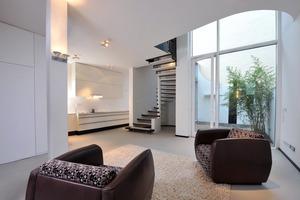 Wohnraum und offene Küche im Erdgeschoss sind die über eine Galerie mit dem Obergeschoss verbunden<br />