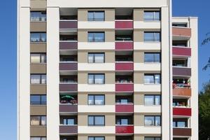 Der Gebäudekomplex erscheint hell mit einer angenehmen Farbigkeit