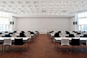 Hörsaal mit induktiver Höranlage, flexiblem Beleuchtungskonzept, sowie höhenverstellbarem Rednerpult – Paul-Ehrlich-Institut, Langen (Angela Fritsch Architekten)<br />