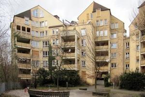 Die Wohnanlage vorher: Der beigefarbige Anstrich sollte erneuert und die Architektur zusätzlich durch Farbe neu interpretiert werden
