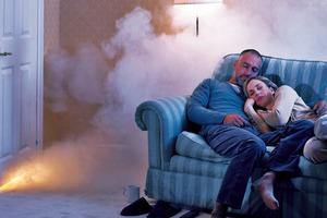 Die Gefahr kommt lautlos und überrascht Bewohner oft im Schlaf. Rauchwarnmelder alarmieren rechtzeitig<br />