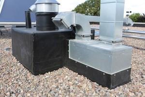 Sicher abgedichtet: die zahlreichen Durchdringungen und Aufbauten für die Haustechnik auf dem Dach