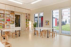Ein heller Kautschukbelag für die lichten Räume des Kindergartens