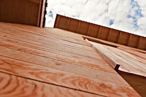 Holz schont die Umwelt. Und im Vergleich zu einem durchschnittlichen Neubau spart man hier mehr als 75 % der Energie