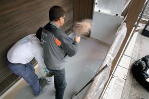 Für Oberflächen in rutschfesten Varianten werden Sand oder spezielle Körnungen eingestreut