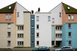 Die differenzierte Farbgebung fasst das Gebäudeensemble der Bäckermühle zusammen und individualisiert gleichzeitig einzelne Baukörper durch unterschiedliche Farbanordnung