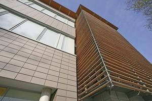 Fassade im reizvollen Kontrast mit Metall und Glas