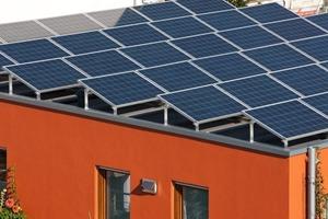 Die PV-Module, Tieftemperatur-Solarkollektoren sowie die gesamte Pumpen- und Speichertechnik wurden im Rahmen eines Technikkonzeptes von Schüco mit dem ganzheitlichen Gebäudekonzept in Einklang gebracht<br />