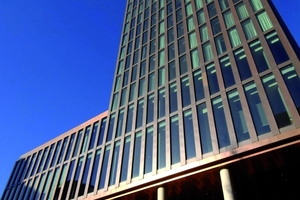 Eindrucksvolle Fassadenkonstruktion: Das Sonnenschutzglas schützt mit niedrigem <br />g-Wert vor Überhitzung und lässt trotzdem viel Licht in die Räume