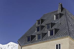 Das historische St. Gotthard-Hospiz erhielt ein neues Dach, das komplett in Walzblei eingedeckt wurde