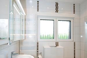 Vom einst dunklen Bad zum echten Hingucker: helle Verfliesung und geänderte Anordnung der Sanitärobjekte vergrößern den Raum optisch