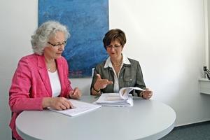 Im Gespräch: BundesBauBlatt-Mitarbeiterin Jola Horschig (links) und BBU-Justiziarin Sabine Degen