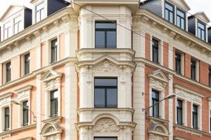 Frischekur für die Fassaden: Klinker wurden aufgearbeitet, Stuckelemente nachgefertigt