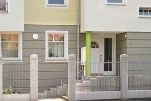 Links: Wenig einladend präsentierten sich die Eingangsbereiche in dem Wohngebiet Leherheide in Bremerhaven vor der Sanierung...