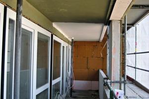 Ein Balkon sowie ein Laubengang des Neuen Forums Altona vor der Installation des Systemaufbaus und der anschließenden Verlegung der Feinsteinzeugplatten