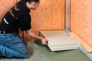 <strong>Schritt 3:</strong> Der ebene Flächenuntergrund wird mit Dünnbettmörtel versehen und das Ausgleichsboard aufgelegt<br />