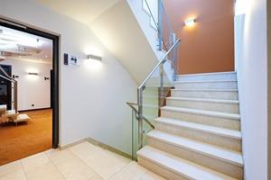 Bauliche und äußere Einflüsse führen zu wechselnden Strömungsbedingungen und Druckverhältnissen in Treppenräumen