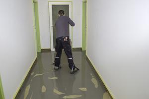 Durch einen maschinell eingebauten Fließspachtel lassen sich Abläufe deutlich beschleunigen. Das Anmischen erfolgt außerhalb des Gebäudes, die Wohnung bleibt sauberer