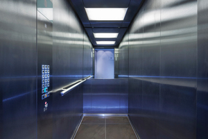 Die Kabinen sind komplett in einer gebürsteten Edelstahloberfläche gehalten. An der Rückwand sorgt ein Spiegel für einen großzügigen Raumeindruck
