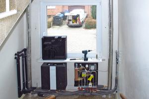 Die EvoFlat-Wohnungsstationen von Danfoss wurden mieterfreundlich im bewohnten Bestand außerhalb der Wohnungen im Treppenhaus des Altbaus installiert