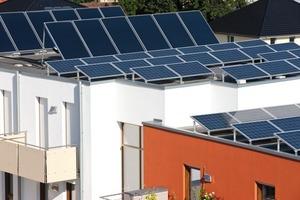 Die auf den Dächern positionierte Photovoltaikanlage leistet 20 kWp, die Solarthermieanlage (im Hintergrund) wurde mit 65 m² Fläche großzügig dimensioniert und ist an denselben Solarkreislauf angeschlossen wie die Wärmepumpen, um eine Regeneration des Erdreichs zu ermöglichen<br />