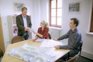 """Vorstand Matthias Stammert (links) mit zwei Mitarbeitern: """"Wir haben viel in Schulungen und Ausbildung investiert."""""""