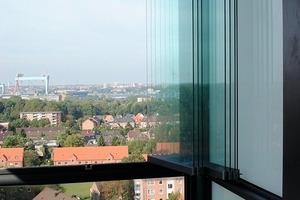 Die Öffnung der Balkonverglasung lässt sich leicht handhaben. Deren Flügel werden platz-sparend seitlich vor der Festverglasung geparkt<br />