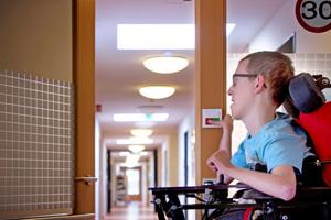 Im stationären Bereich wird Pflegepersonal mit Druck auf den roten Taster zu Hilfe gerufen