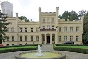 Die Regenrinne rund um die Attika des Luxushotels Pałac Mierzęcin begann an mehreren Stellen undicht zu werden