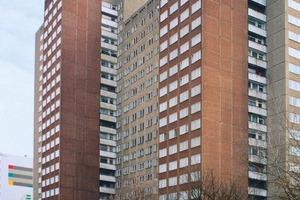 links: Doppelwohnhochhaus in der Berliner Schulze-Boysen-Straße 35/37 vor der Sanierungrechts: Das Doppelwohnhochhaus gilt nach der Sanierung derzeit als das größte Niedrigenergiehaus in Deutschland. Um die Attraktivität der Fassade langfristig zu erhalten, entschied sich der Bauherr für das hier vorgestellte Konzept