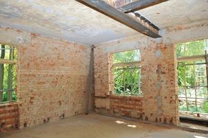 Vorher, nachher: Für Altbauten typisch zeigten die Wände und Decken des Rohbaus teilweise deutliche Maßabweichungen in Lot und Flucht. Mit Putzschichten im Mittel um 35mm und in der Spitze sogar von 50mm konnten alle Unebenheiten ausgeglichen werden<br />