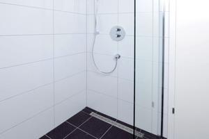 Die Duschrinnen sorgen für ein harmonisches Zusammenspiel von Entwässerung und Fliesen